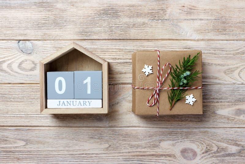 Kerstmiskalender Kerstmisgift, spartakken op houten witte achtergrond Exemplaar ruimte, hoogste mening royalty-vrije stock afbeelding