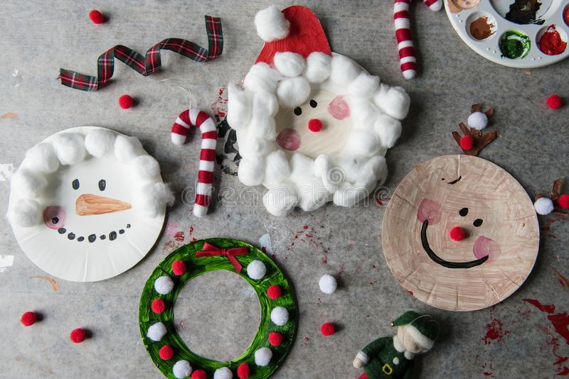 Kerstmiskarakters op document platen worden verfraaid die royalty-vrije stock afbeelding