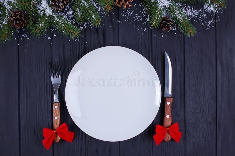 Kerstmiskeuken, feestelijk diner, vakantievoedsel Lege plaatwi stock foto