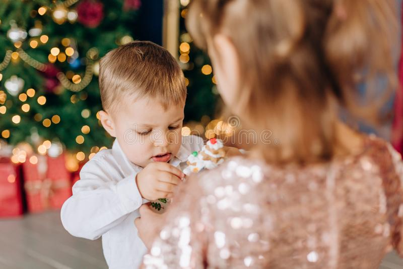 Kerstmiskind van het vakantie eet het nieuwe jaar heerlijke cake royalty-vrije stock foto