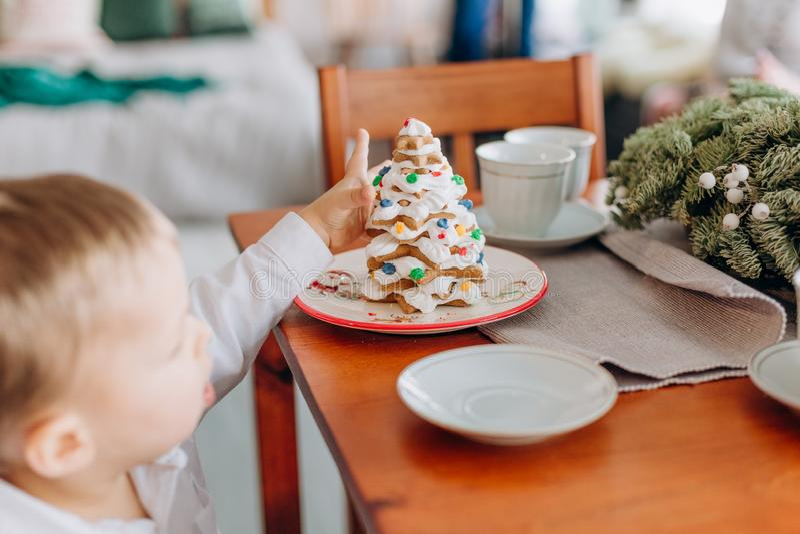 Kerstmiskind van het vakantie eet het nieuwe jaar heerlijke cake stock fotografie
