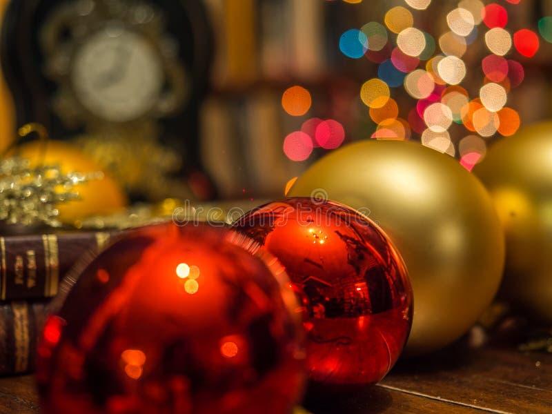 Kerstmisklok in de bibliotheek stock fotografie