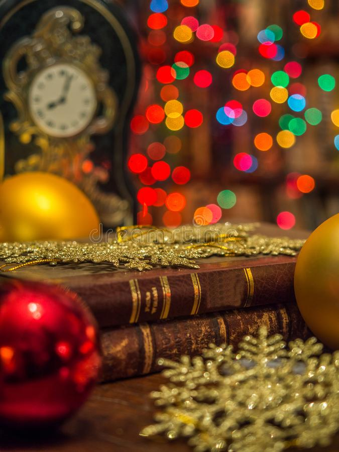 Kerstmisklok in de bibliotheek royalty-vrije stock foto