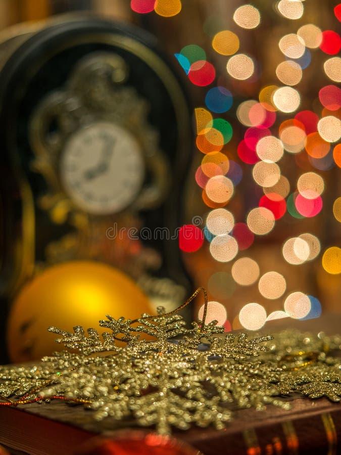 Kerstmisklok in de bibliotheek royalty-vrije stock foto's