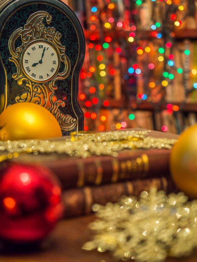Kerstmisklok in de bibliotheek stock afbeeldingen