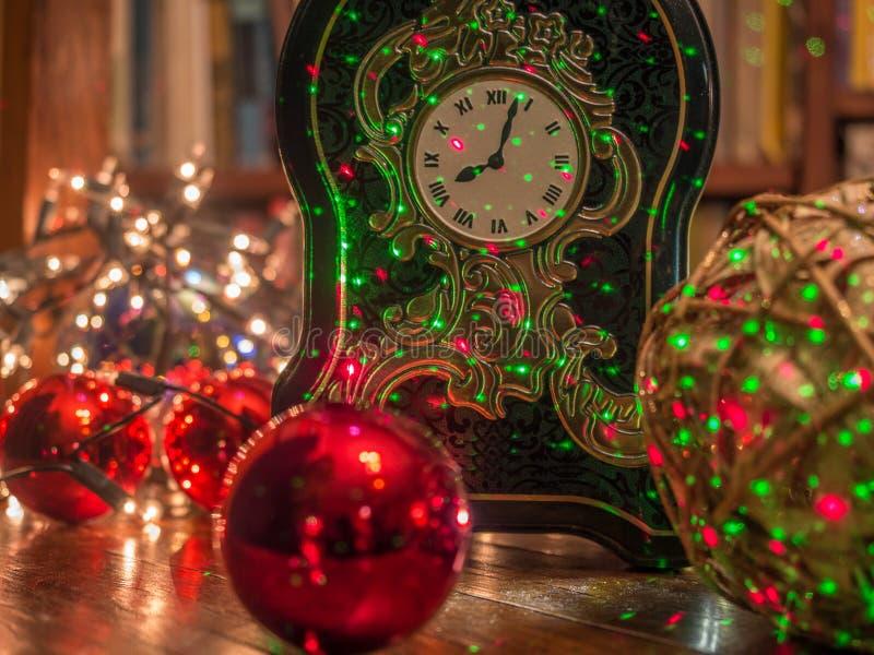 Kerstmisklok in de bibliotheek royalty-vrije stock fotografie