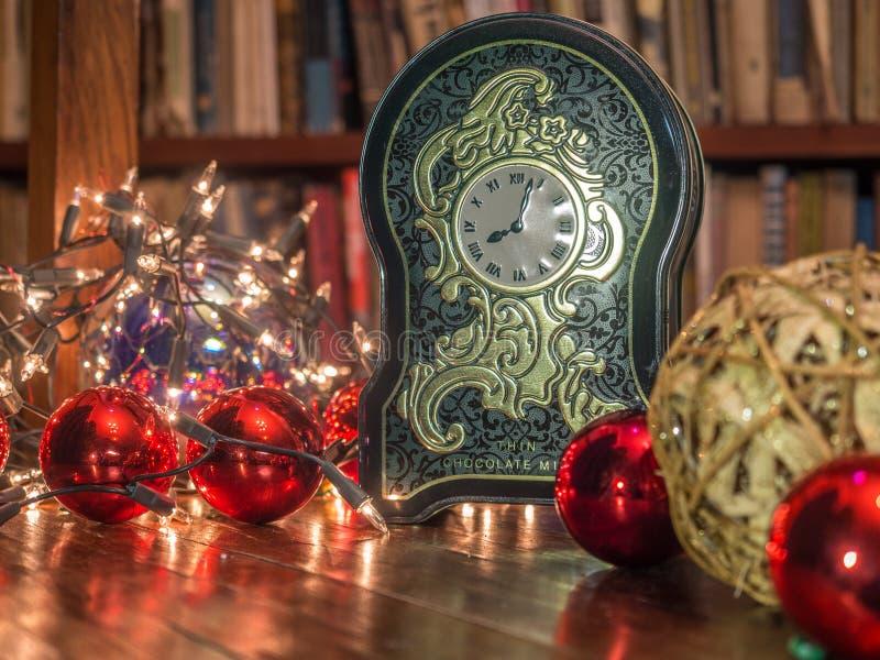 Kerstmisklok in de bibliotheek royalty-vrije stock afbeeldingen