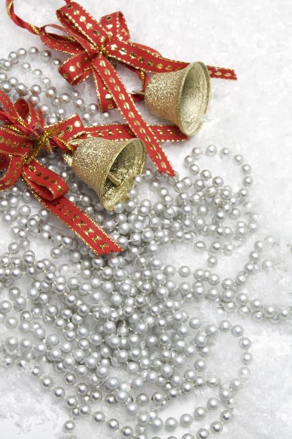 Kerstmisklokken en Rode Linten stock foto's