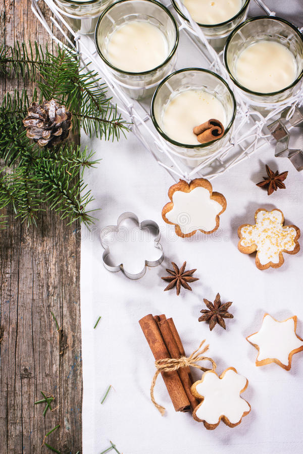 Kerstmiskoekjes en cocktail royalty-vrije stock afbeelding
