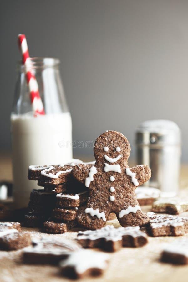 Kerstmiskoekjes en melk op een lijst royalty-vrije stock afbeelding