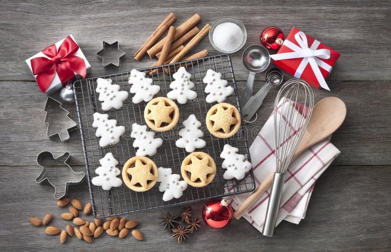 Kerstmiskoekjes het bakken stock afbeeldingen