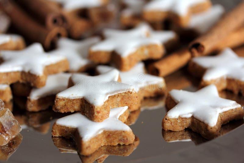 Kerstmiskoekjes - sterren stock afbeeldingen