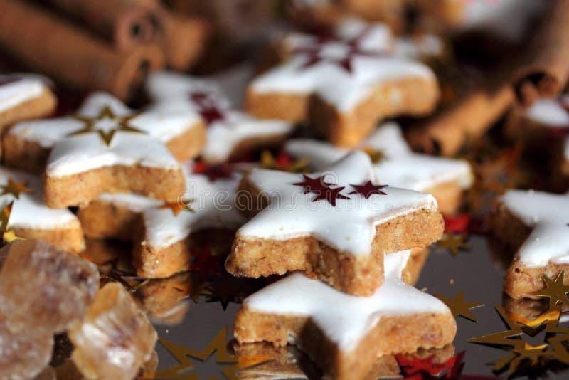 Kerstmiskoekjes - sterren stock foto's