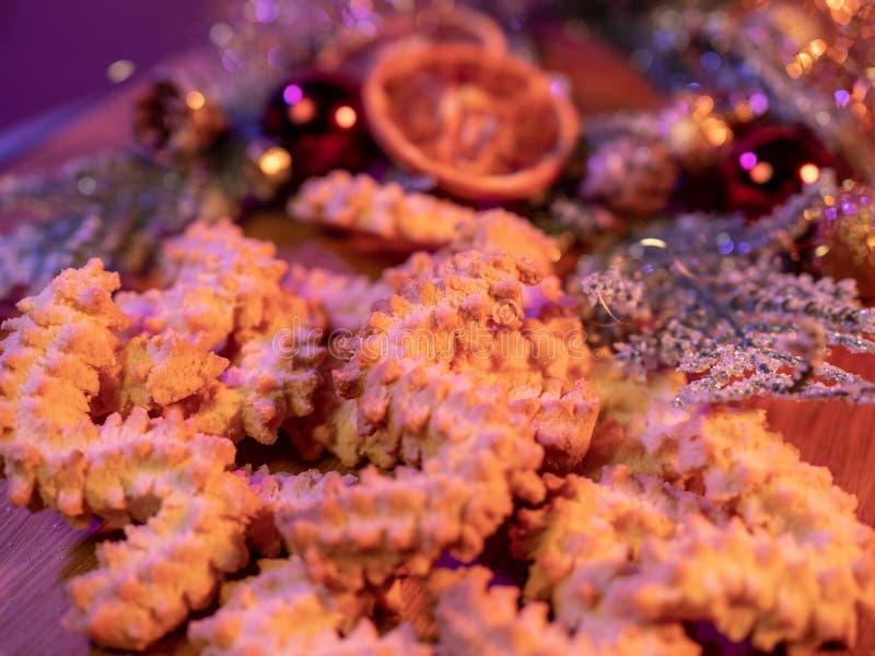 Kerstmiskoekjes van Spritzkoekjes op een verfraaide lijst stock afbeelding