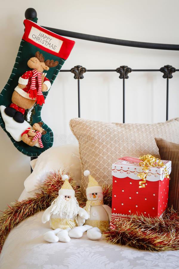 Kerstmiskous op bed royalty-vrije stock foto