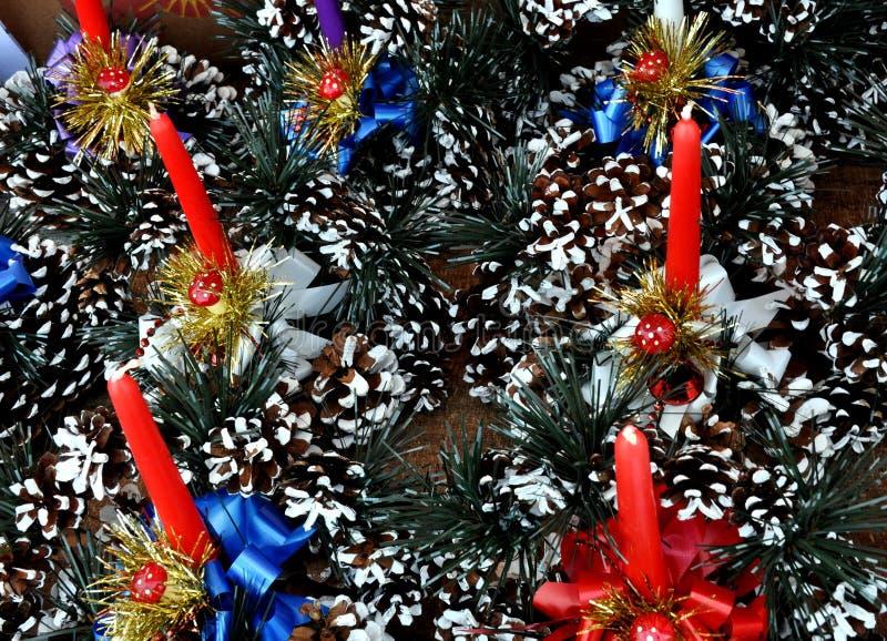 Kerstmiskronen in de markt stock afbeelding