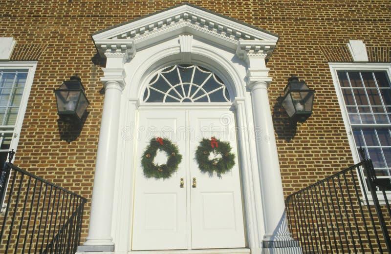 Kerstmiskronen op Deur van Huis, Dover, Delaware worden gehangen dat royalty-vrije stock foto's