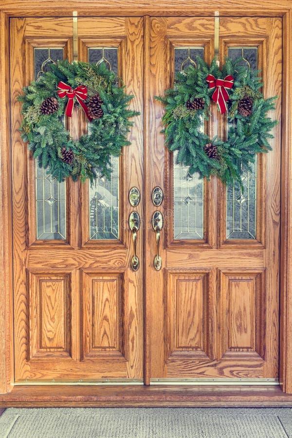 Kerstmiskronen op Front Doors royalty-vrije stock fotografie