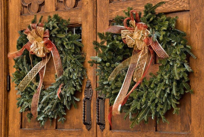 Kerstmiskronen op houten deuren royalty-vrije stock afbeeldingen
