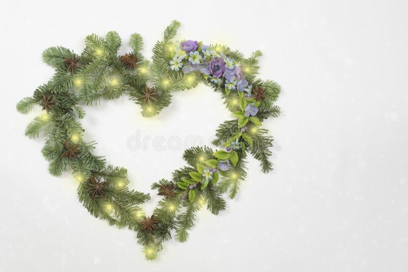 Kerstmiskroon in hartvorm met bloemen stock foto's