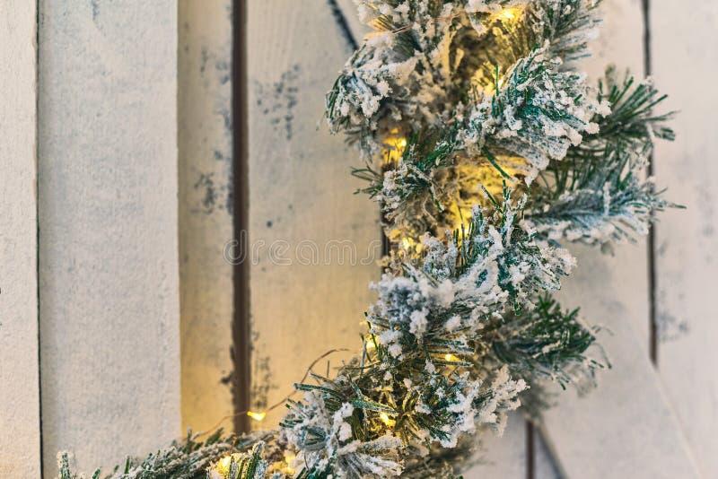 Kerstmiskroon het hangen op een houten schild stock foto