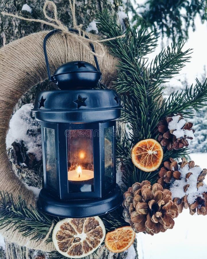 Kerstmiskroon met een kaars royalty-vrije stock afbeelding