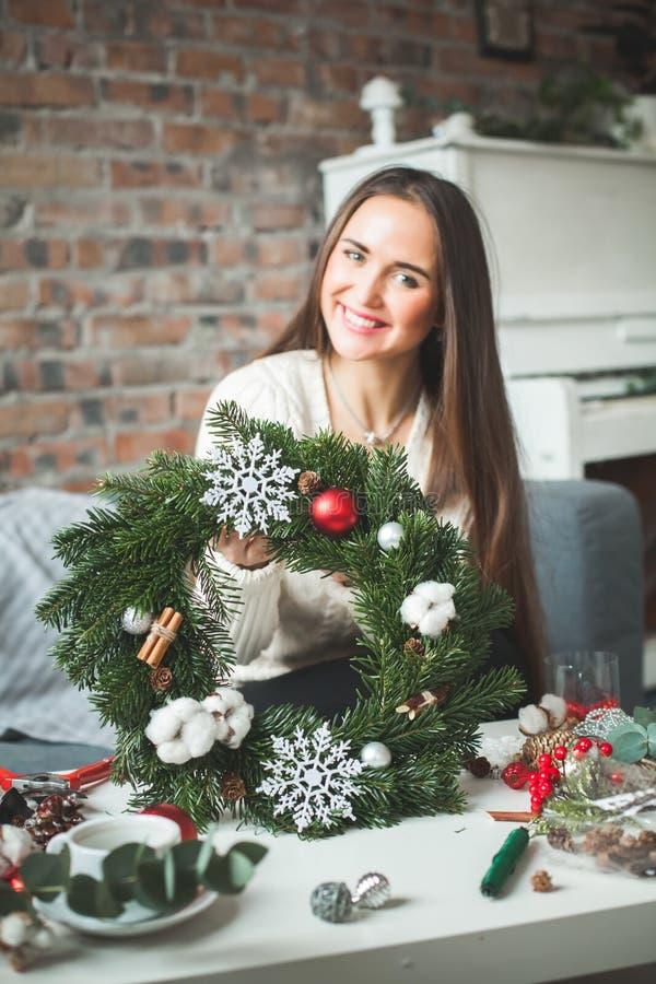 Kerstmiskroon met het Groene Takje van de Kerstmisboom stock fotografie