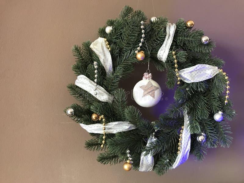 Kerstmiskroon met lint stock afbeeldingen