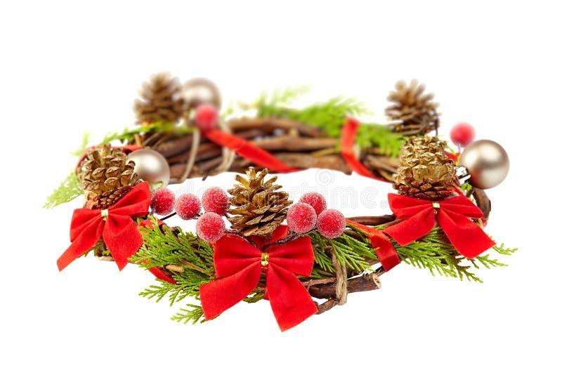 Kerstmiskroon met rood lint, denneappels en gouden decoratio stock afbeeldingen