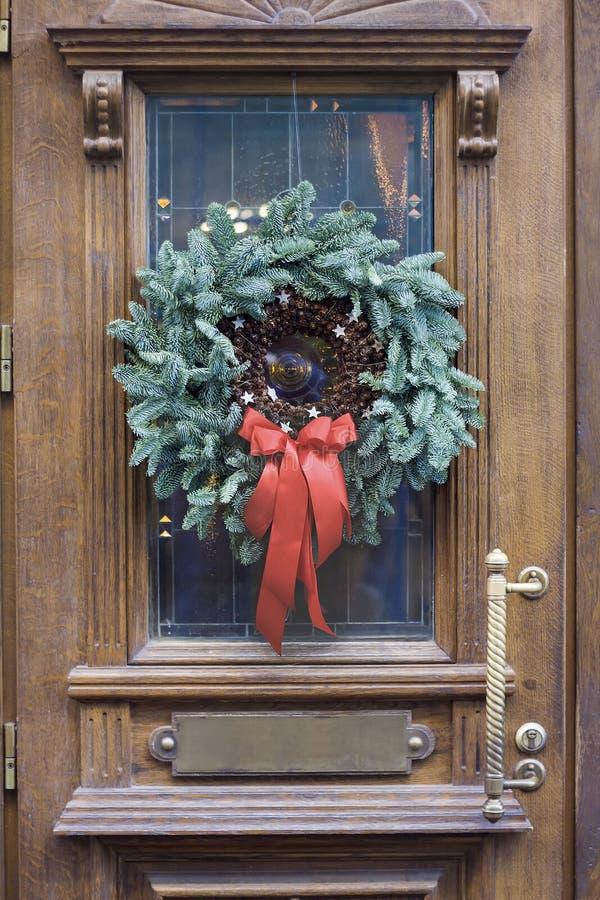 Kerstmiskroon op de deur stock foto