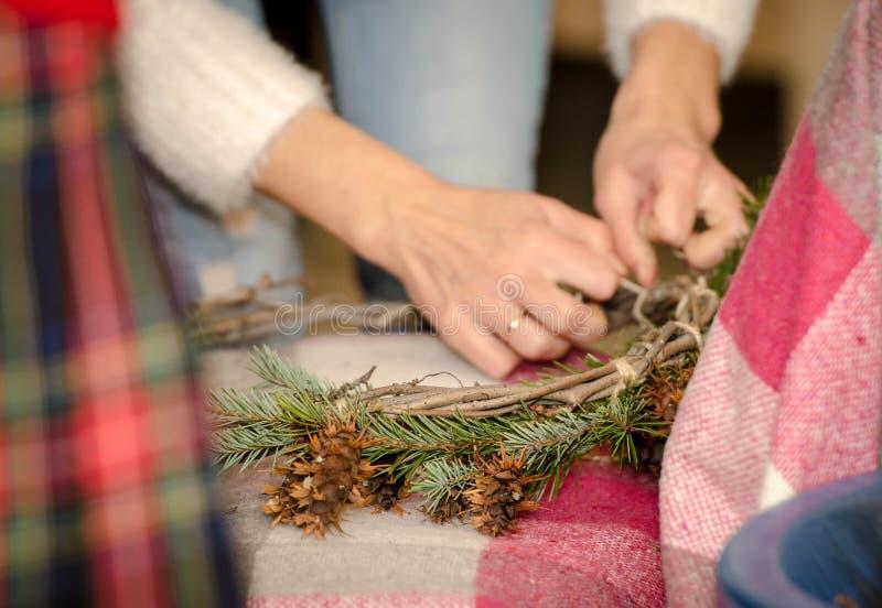 Kerstmiskroon van spartakken en kegels stock foto's