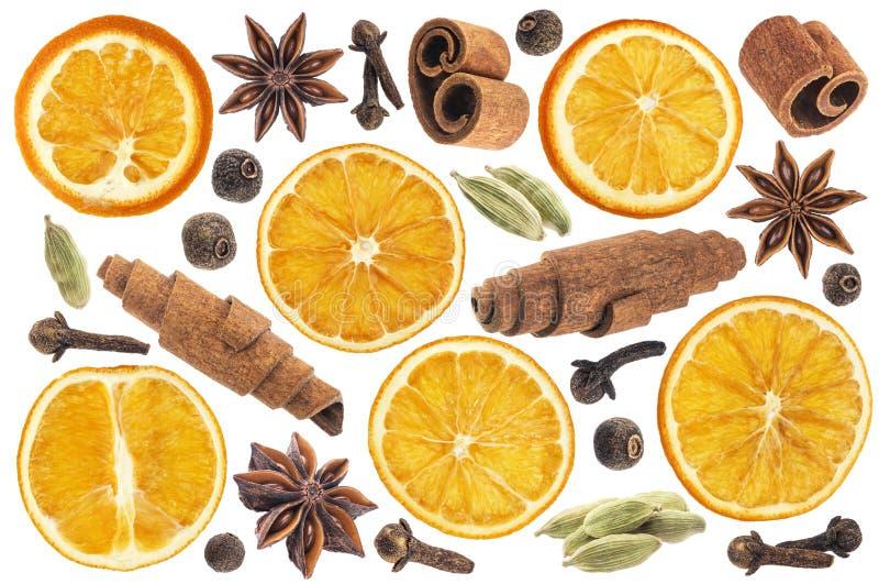 Kerstmiskruiden voor decoratie Ingrediënten voor overwogen die wijn op witte achtergrond wordt geïsoleerd royalty-vrije stock fotografie