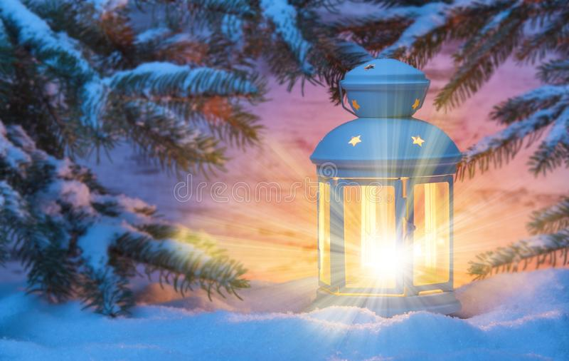 Kerstmislantaarn met kaarslicht en sneeuw royalty-vrije stock fotografie