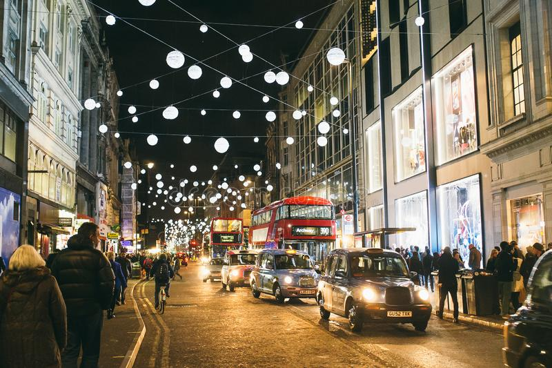 Kerstmislichten en decoratie in Oxford Street in Londen royalty-vrije stock foto's