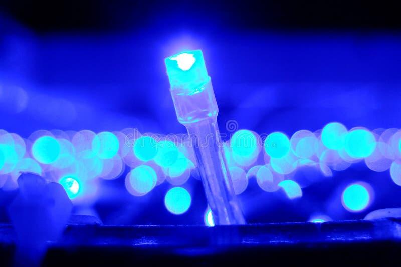 Kerstmislichten op blauw royalty-vrije stock afbeeldingen