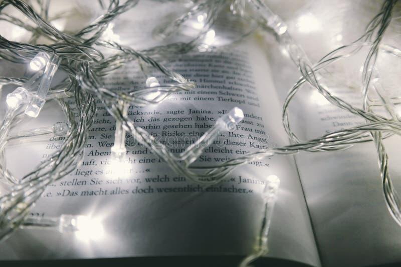 Kerstmislichten op boek stock foto