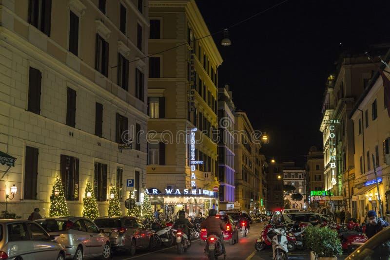 Kerstmislichten op een straat bij nacht in Rome, Italië stock foto's