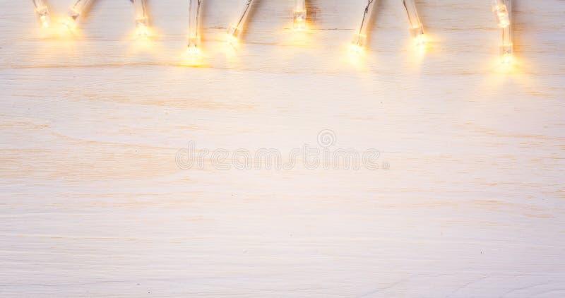 Kerstmislichten op houten achtergrond stock afbeeldingen