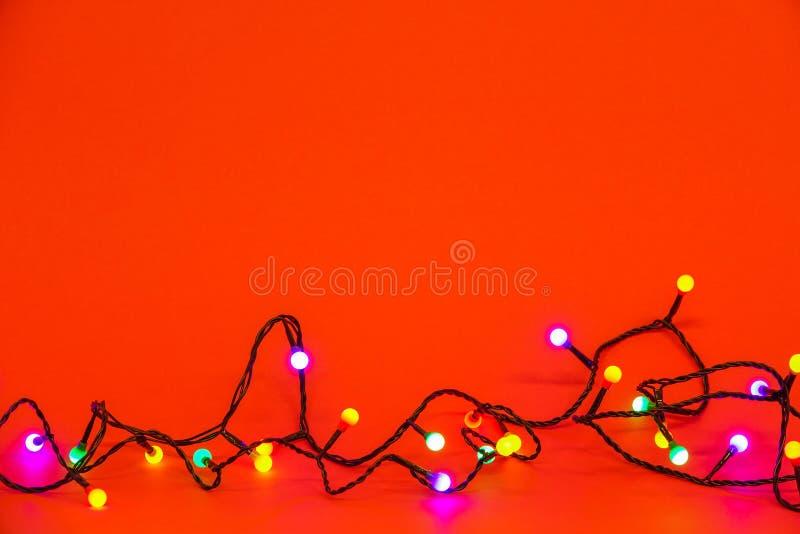 Kerstmislichten over rode achtergrond Kleurrijke grens royalty-vrije stock afbeelding