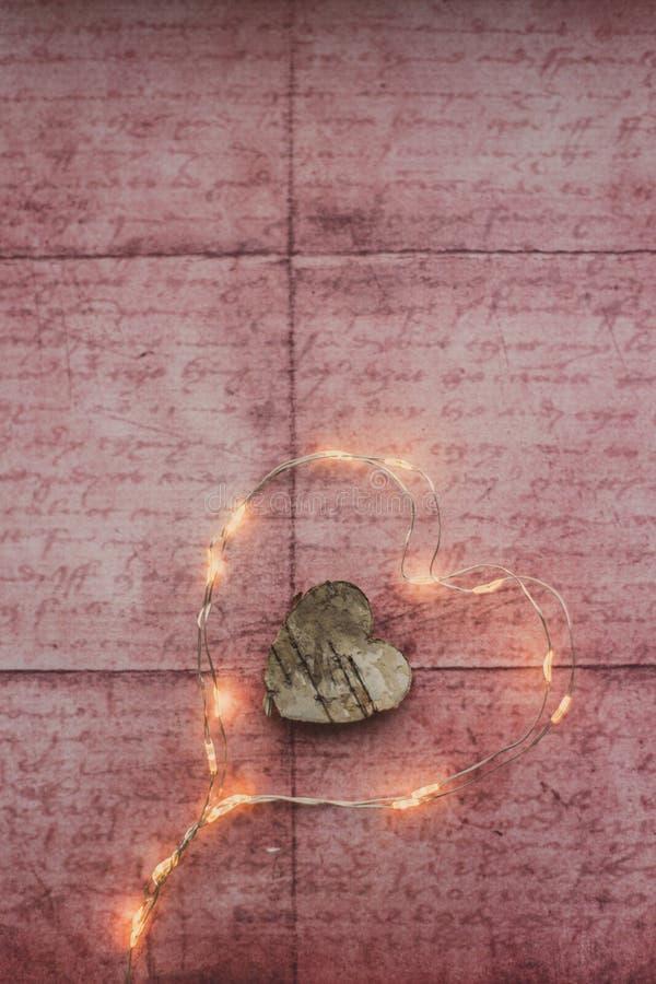 Kerstmislichten van de hartvorm op rustieke achtergrond stock foto