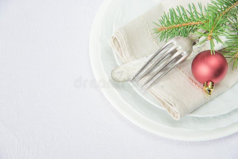 Kerstmislijst altijdgroene tak en bal stock foto's