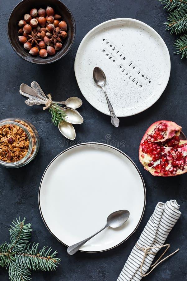 Kerstmislijst die met lege witte platen, uitstekende theelepels, servet plaatsen stock afbeeldingen