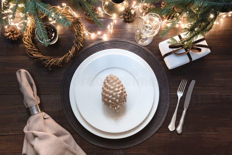 Kerstmislijst die met tafelzilver, slinger en donker decor plaatsen Hoogste mening Kerstmispartij Magische Nacht royalty-vrije stock foto's