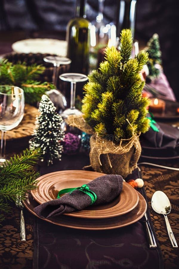 Kerstmislijst die voor diner plaatsen royalty-vrije stock foto's