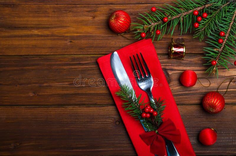 Kerstmislijst: mes en vork, servet en Kerstboom branc stock foto's