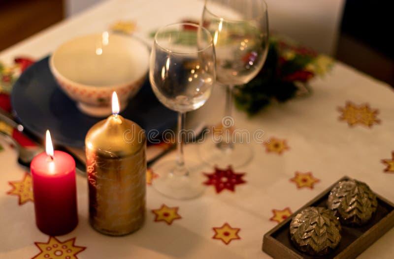 Kerstmislijst met aardewerk, kaarsen en decoratie op tafelkleed stock afbeeldingen