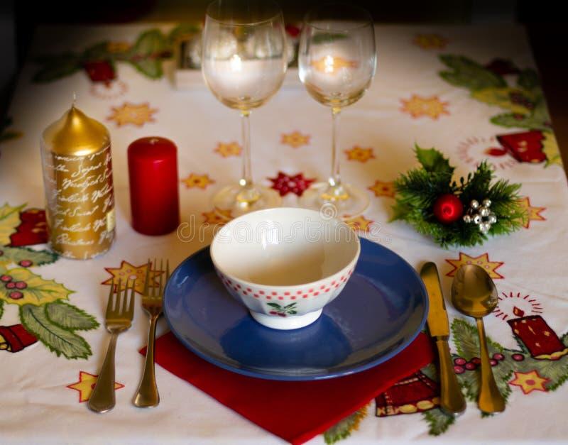 Kerstmislijst met aardewerk, kaarsen en decoratie op tafelkleed stock fotografie