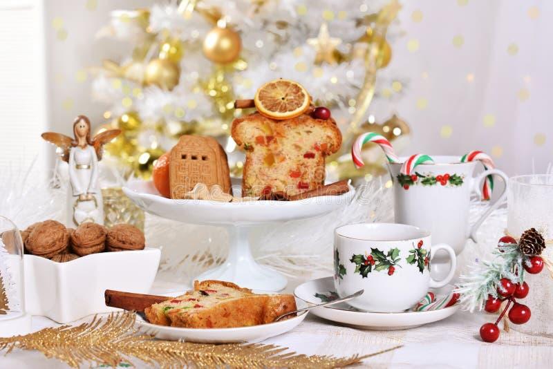 Kerstmislijst met cake en snoepjes royalty-vrije stock foto's