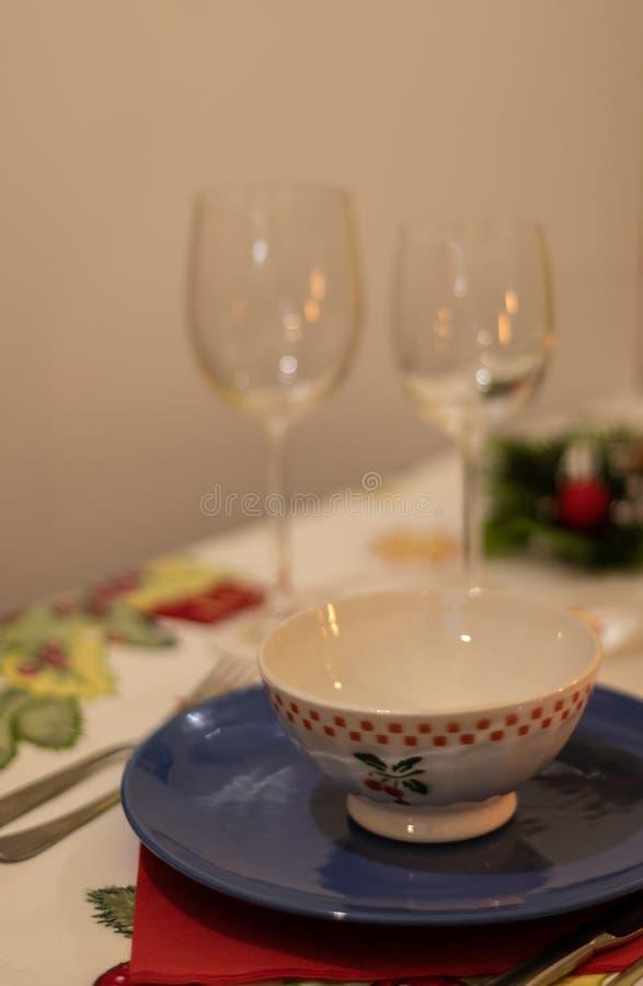 Kerstmislijst met ceramische schotels en lege wijnglazen royalty-vrije stock afbeelding