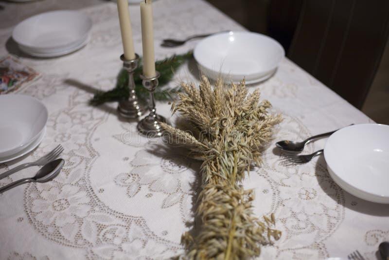 Kerstmislijst met de komst van de roggekroon in Polen Europa stock foto's